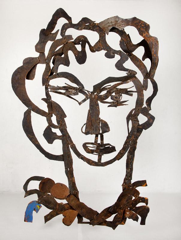 Con mirada enigmática | Hierro pintado. 250 x 160 x 24 cm. 2014