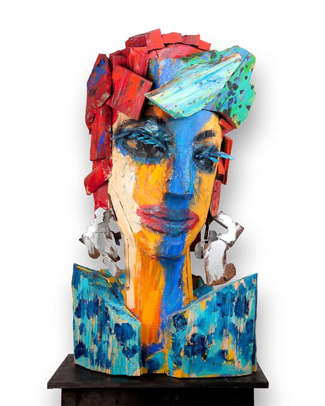 Mujer bonita | Madera y hierro policromado. 120 x 76 x 55 cm. 2013